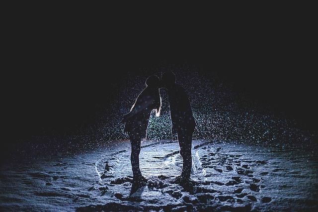 couple-kissing-1149677_640