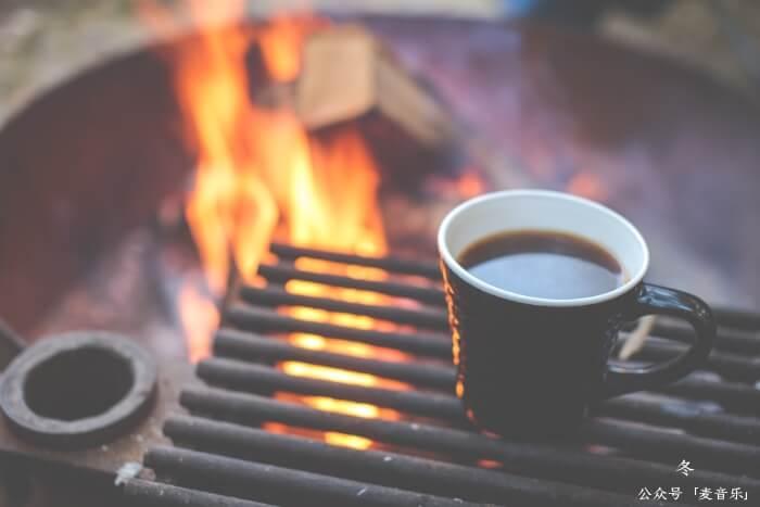 我爱在冬晚围着温暖的炉火, 和两三昔日的好友会心闲谈